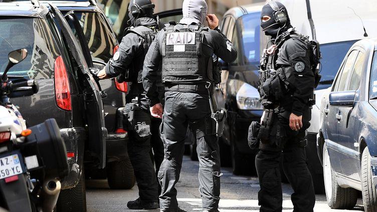 Les membres du Raid, le 18 avril 2017 à Marseille (Bouches-du-Rhône), après l'arrestation des deux suspects. (BORIS HORVAT / AFP)