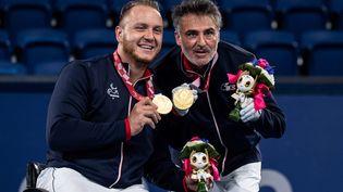Nicolas Peifer (à gauche) et Stéphane Houdet (à droite) médaillés d'or aux Jeux paralympiques de Tokyo, le 3 septembre 2021. (PHILIP FONG / AFP)