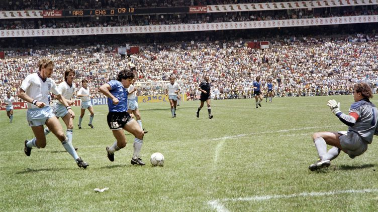 Le footballeur argentin Diego Armando Maradona s'apprête à marquer son second but contre l'Angleterre, le 22 juin 1986 en quart de finale de la coupe du monde à Mexico, au terme d'une série légendaire de dribbles. (STAFF / AFP)