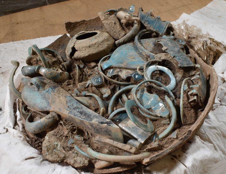 L'un des grands dépôts sacrificiels en fosse d'objets métalliques, découvert dans un habitat de hauteur de l'âge du Bronze à Gannat, dans l'Allier (M. VALLÉE)