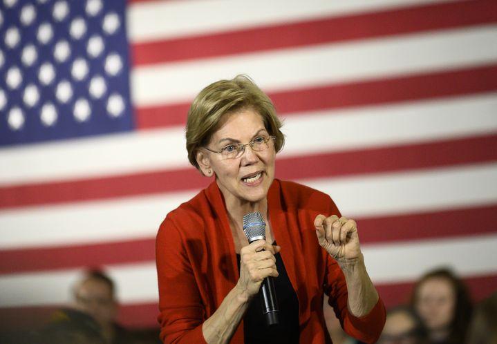 La sénatrice du Massachusetts, Elizabeth Warren, lors d'un meeting de campagne à Cedar Rapids (Iowa), le 26 janvier 2020. (STEPHEN MATUREN / AFP)