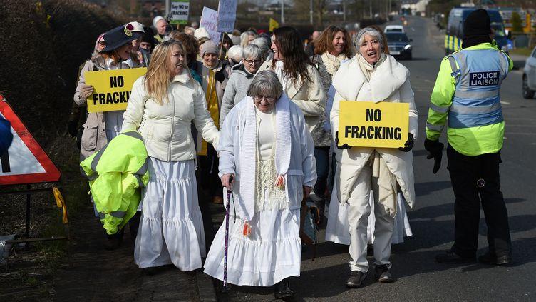 Une manifestation contre l'usine à Preston New Road, près de Blackpool en Angleterre, le 21 mars 2018. (PAUL ELLIS / AFP)