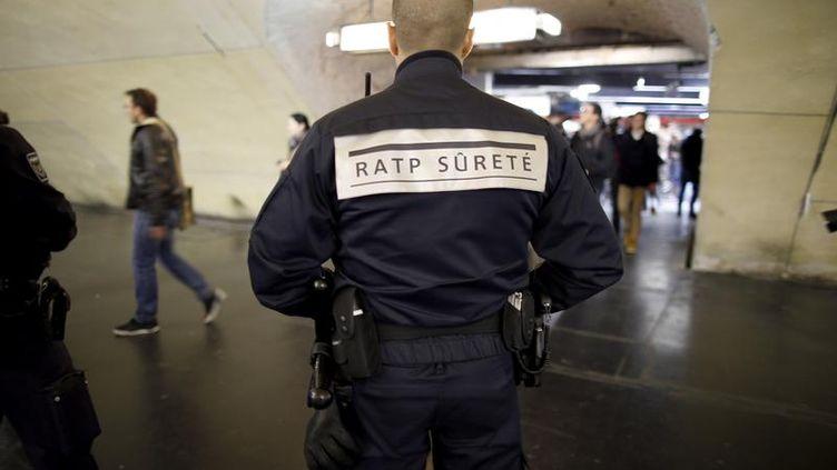 Un agent duGroupe de protection et de sécurisation des réseaux (GPSR) patrouille à la station Auber, à Paris, le 30 décembre 2015. (CHARLES PLATIAU / REUTERS)