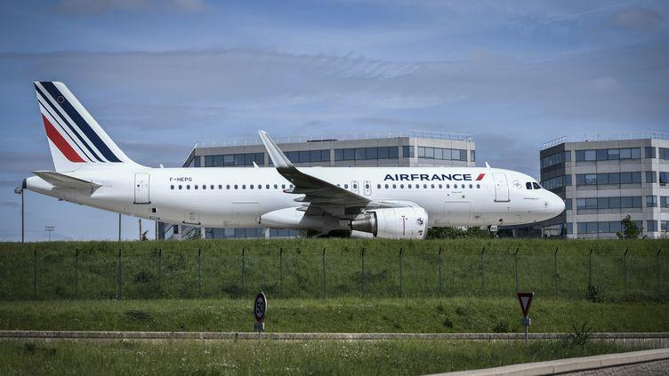 Un avion d'Air France à l'aéroport Roissy-Charles de Gaulle, le 24 avril 2018 (STEPHANE DE SAKUTIN / AFP)