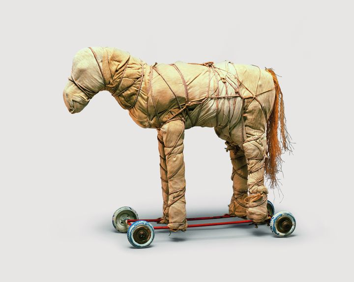 Petit cheval empaqueté (© Christo 1963 Photo © Dirk Bakker)