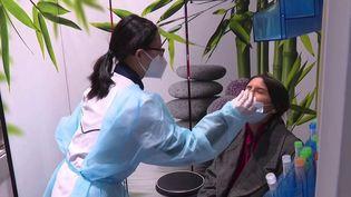 Le remboursement systématique des tests de dépistage du Covid-19 prendra fin vendredi 15 octobre. Les personnes non-vaccinées devront payer les tests dits de confort. (CAPTURE D'ÉCRAN FRANCE 3)