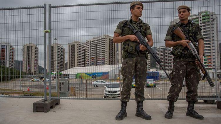 À Rio, les militaires brésiliens montent la garde depuis le 24 juillet près du village olympique. (Michael Kappeler / AFP)