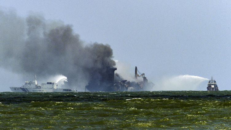 """Le porte-conteneurs """"MV X-Press Pearl""""lors du dixième jour d'un incendie à bord, le 29 mai 2021, au large de Colombo (Sri Lanka). (ISHARA S. KODIKARA / AFP)"""
