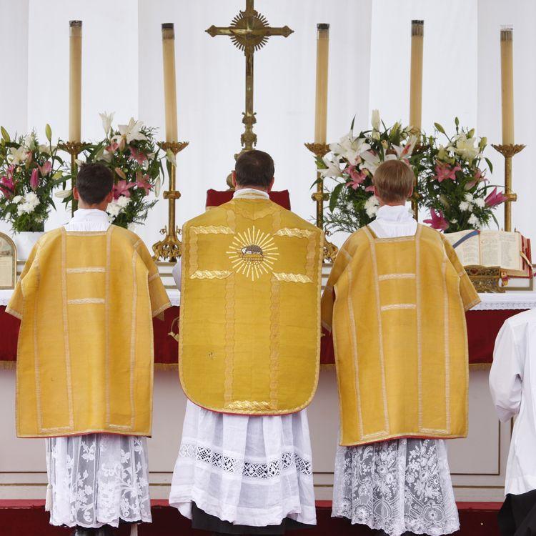 Une messe organisée par la Fraternité sacerdotale Saint-Pie-X est célébrée à Paris, le 1er juin 2009. (GODONG / ROBERT HARDING HERITAGE / AFP)