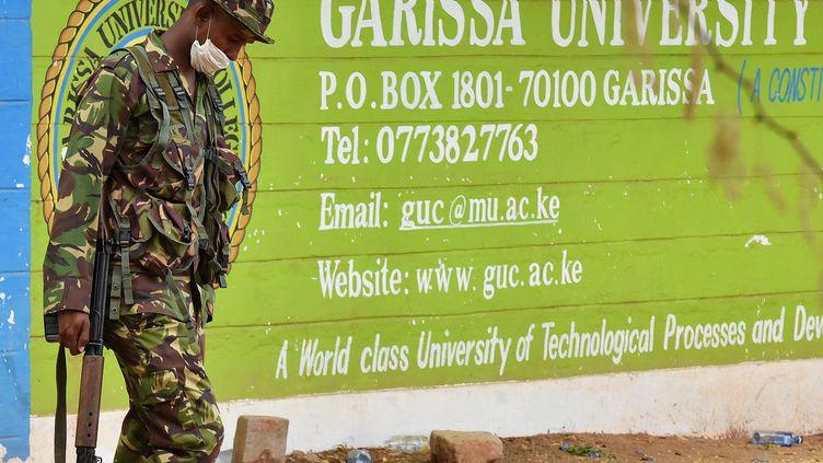 Les autorités kenyanes tentent toujours, dimanche 5 avril, d'identifier les trois autres corps des assaillants présumés retrouvés à l'issue de 16 heures de siège. (CARL DE SOUZA / AFP)