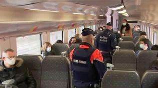 En Belgique, sur les trains à destination de la côte belge, il est obligatoire de s'asseoir uniquement sur les sièges côté fenêtre. Cette règle, mise en place dans le cadre de l'épidémie de Covid-19, est valable à l'aller, mais pas au retour. (France 3)