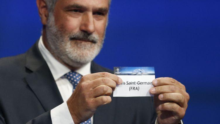 L'ancien joueurAndoni Zubizarreta tire le nom du Paris Saint-Germain, lors du tirage au sort des poules de la Ligue des champions, jeudi 27 août 2015. (VALERY HACHE / AFP)
