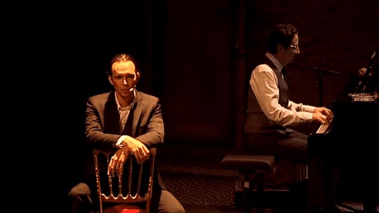 Jules Grison(Charles Aznavour) accompagné au piano par Philippe Villa  (Capture d'image France3/Culturebox)