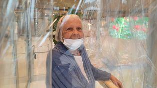 """Une""""pièce à câlins""""dans une maison de retraite en Italie. Un voile de plastique protège les pensionnaires, qui peuvent enlacer leurs proches. (BRUCE DEGALZAIN / RADIO FRANCE)"""