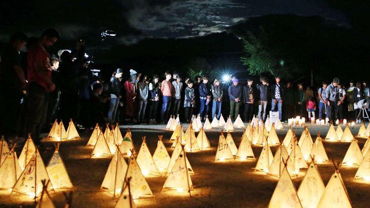 Six mois après le séisme sur l'île deKyushu (sud-ouest du Japon), des étudiants de l'université de Tokai rendent hommage à la cinquantaine de victimes du tremblement de terre du 14 avril 2016 en allumant des lanternes dans la nuit. Après le séisme, les étudiants ont dû quitter l'université gravement endommagée. (Ichiro Ohara/AP/SIPA)