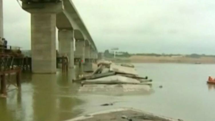 """Capture écran de la vidéo """"Chine : un pont inutilisé s'effondre, trois personnes sont portées disparues"""", dimanche 11 septembre. (CCTV)"""