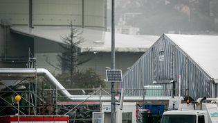 Un abri et un tuyau utilisés pour transférer les barils endommagés à l'usine Lubrizol de Rouen, quatre semaines après l'incendie, le 24 octobre 209. (LOU BENOIST / AFP)