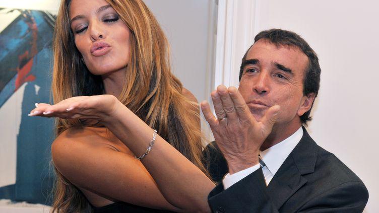 Arnaud Lagardère et sa compagne, le mannequin belge Jade Foret, le 17 octobre 2011 avant une conférence de presse à Bruxelles (Belgique). (GEORGES GOBET / AFP)
