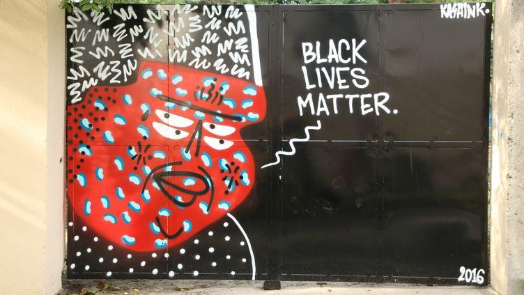 Le street art en réaction aux violences policières contre les Noirs aux Etats-Unis, signé parl'artiste parisienne Kashink, peinte dans le 20e arrondissement parisien le 28 septembre 2016. (CAMILLE ADAOUST / FRANCEINFO)