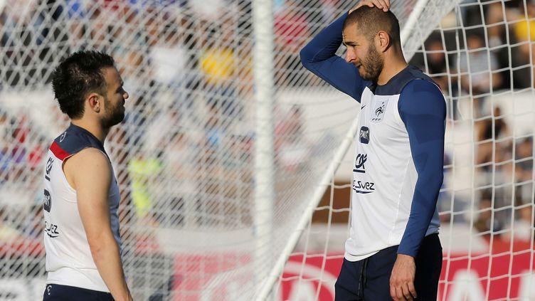 Les joueurs Mathieu Valbuena et Karim Benzema lors d'un entraînement au Brésil, le 10 juin 2014. (DAVID VINCENT / AP / SIPA)