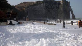 A Etretat (Seine-Maritime), c'est la plage qui est recouverte d'écume. (ISABELLES / SIPA)