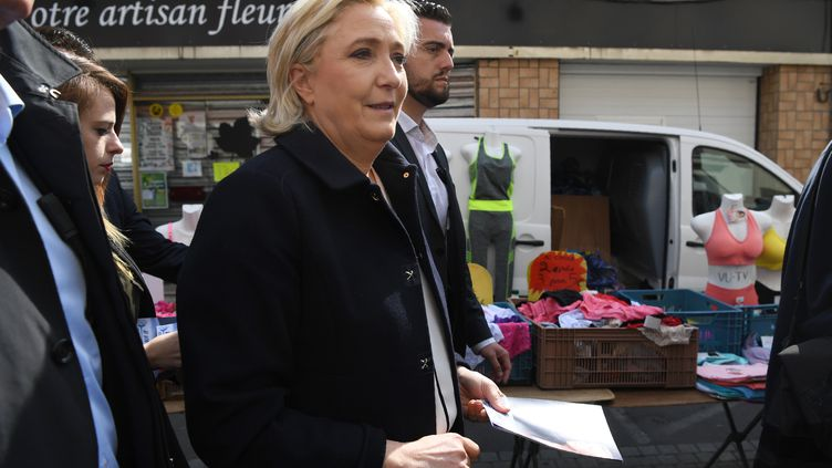 Marine Le Pen dans un marché de Rouvroy (Pas-de-Calais) le 24 avril 2017 (ALAIN JOCARD / AFP)