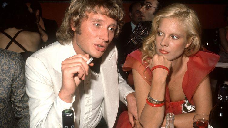 Johnny Hallyday et Sylvie Vartan, en mai 1973, dans un restaurant parisien. (AFP)