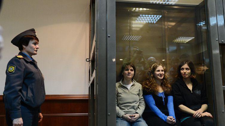 """Les trois jeunes femmes du groupe punk """"Pussy Riot"""" , de gauche à droite :Ekaterina Samoutsevitch, Maria Alekhina et Nadejda Tolokonnikova, le 10 octobre 2012 lors de leur procès en appel à Moscou. (NATALIA KOLESNIKOVA / AFP)"""