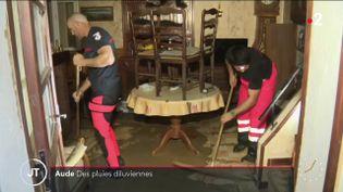 Des pompiers nettoyant une maison. (France 2)