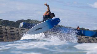 Jeremy Flores durant la session d'entraînement du surf, samedi 24 juillet, à Chiba (Japon). (OLIVIER MORIN / POOL / AFP)