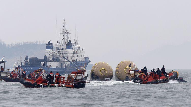 """Des secouristes opérent à proximité des lieux où le ferry """"Sewol"""" a coulé, au large des côtes de la Corée du Sud, le 22 avril 2014. (KIM KYUNG HOON / REUTERS)"""