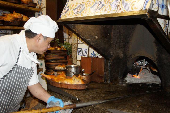 Le célèbre four, vieux de près de 300 ans, du restaurantBotín à Madrid. (MAXPPP)