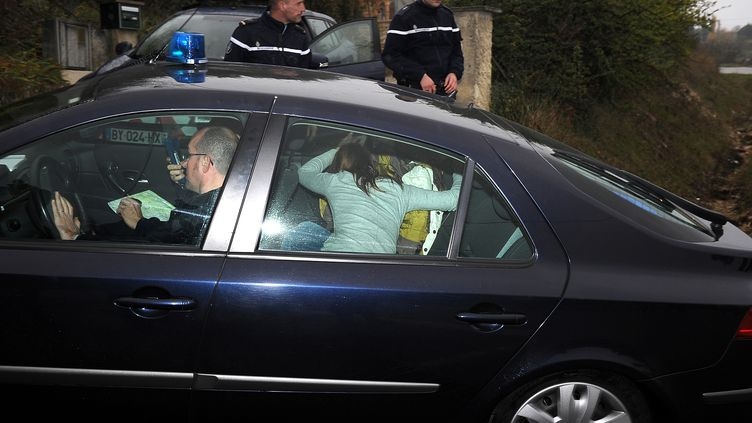 Chloé, cachée par sa mère, arrive chez elle, à Barjac (Gard), dans une voiture de gendarmes, le 17 novembre 2012. (PASCAL GUYOT / AFP)