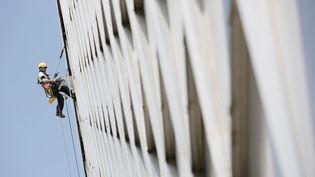 Un cordiste, à Courbevoie (Hauts-de-Seine). Photo d'illustration (VINCENT ISORE / MAXPPP)