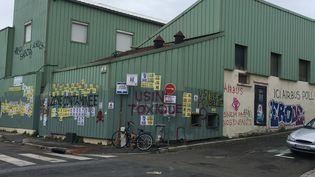 """L'usine SNEM de Montreuil a été taguée par des personnes qui estiment qu'elle est """"toxique"""" pour les riverains. (FARIDA NOUAR / RADIO FRANCE)"""