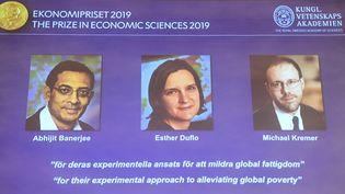 Abhijit Banerjee, Esther Duflo et Michael Kremer ont reçu le prix Nobel d'économie, le 14 octobre 2019. (JONATHAN NACKSTRAND / AFP)