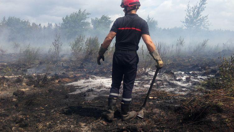 Un pompier sur les lieux d'un incendie en Gironde (MEHDI FEDOUACH / AFP)