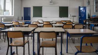 Une salle de classe vide à Paris, en août 2020. (MAGALI COHEN / HANS LUCAS / AFP)