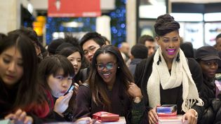 """Un magasin Selfridges àLondres envahi par les acheteuses du """"BoxingDay"""", premier jour des soldes en Angleterre, le 26 décembre 2013 (JUSTIN TALLIS / AFP)"""