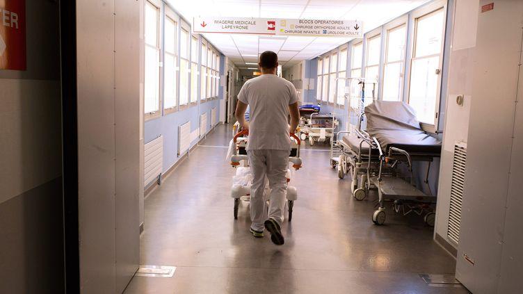 Un aide-soignant dans un hôpital. Photo d'illustration. (GUILLAUME BONNEFONT / MAXPPP)