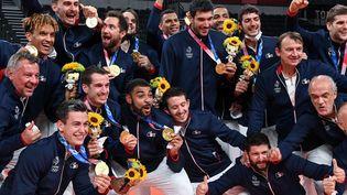 L'équipe de France de volleyball pose avec leur médaille d'or aux Jeux olympiques de Tokyo le 8 août 2021. (YURI CORTEZ / AFP)