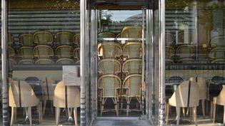 Un bar fermé à Paris près de la place du Trocadéro en raison du confinement, 9 avril 2020. (VICTOR VASSEUR / RADIOFRANCE)
