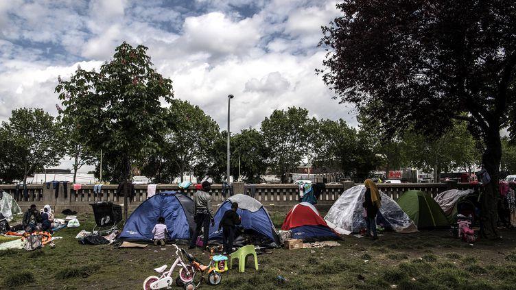 Un campement porte d'Aubervilliers, à Paris, en mai 2019. (CHRISTOPHE ARCHAMBAULT / AFP)