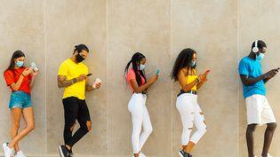 """L'enquête de 60 Millions de consommateurs nous explique comment fonctionnent les messageries instantanées. """"Quand c'est gratuit, c'est vous le produit !""""(Illustration) (GIUSEPPE MANFRA / MOMENT RF / GETTY IMAGES)"""