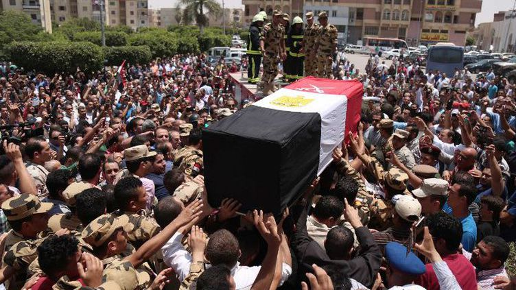 Funérailles d'un soldat égyptien tué dans une attaque de l'EI dans la péninsule du Sinaï, le 8 juillet 2017, dans la ville du «10 Ramadan», à 60 kilomètres au nord-est du Caire. (MAHMOUD BAKKAR/AFP)