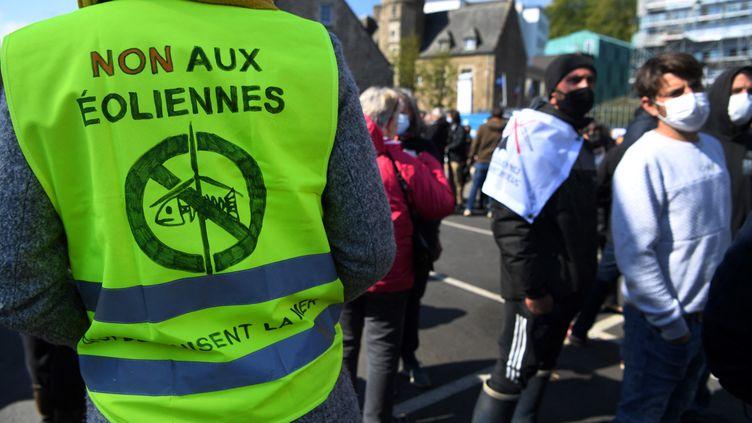 Les manifestations contre les projets éoliens en mer se multiplient, comme ici, à Saint-Brieuc, en mai 2021. 62 turbinessont en train d'être installées au large de la baie bretonne. (FRED TANNEAU / AFP)