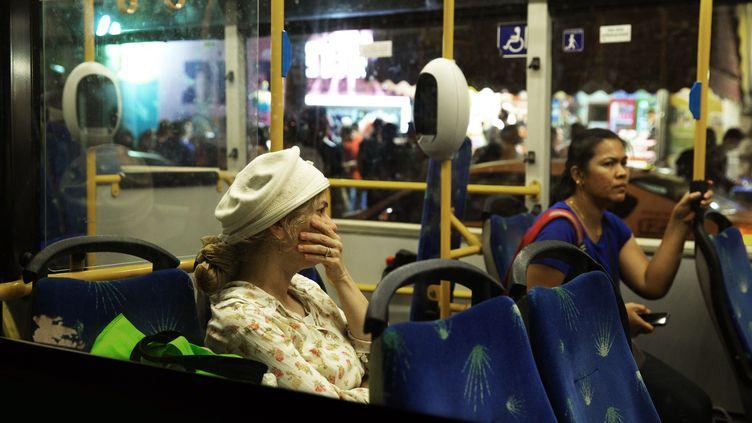 Une femme dans un bus réagit après qu'un homme armé d'un couteau a poignardé une femme près de la gare routière centrale de Jérusalem, le 14 octobre 2015. (MENAHEM KAHANA / AFP)