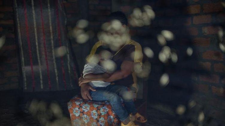Angèle, 27 ans, serre son enfant dans ses bras à Bangui, en République centrafricaine. Elle a été détenue en 2014 comme esclave sexuelle pendant neuf mois avec cinq autres femmes et jeunes filles. (Smita Sharma pour Human RIghts Watch)