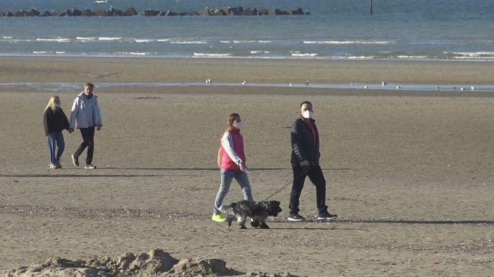 Sur la plage de Malo-les-bains, les Dunkerquois profitent des dernières heures avant le confinement, vendredi 26 février 2021. (GILLES GALLINARO / RADIO FRANCE)