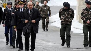 Le ministre de la Défense Jean-Yves Le Drian à Modane, mardi 19 janvier, après l'avalanche qui a fait cinq mort à Valfréjus la veille. (JEAN PIERRE CLATOT / AFP)